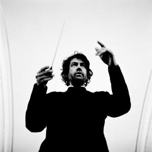 Eivind Gullberg Jensen conducting with his baton.